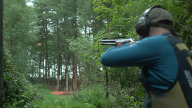 clay pigeon shooting - tiro al piattello video stock e b–roll