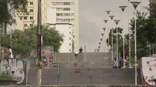 vídeos de stock, filmes e b-roll de brasil - downtown são paulo - andar de skate