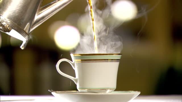 vídeos de stock e filmes b-roll de pouring coffee into a cup - chávena