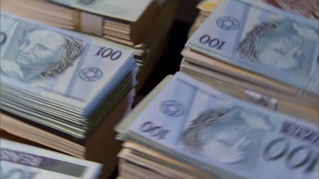 vídeos de stock, filmes e b-roll de brazilian money - figura para recortar