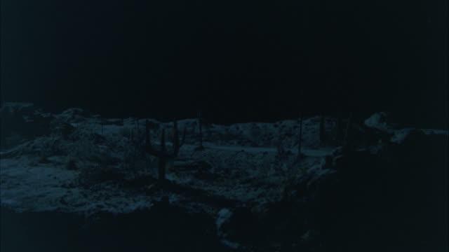 vídeos de stock e filmes b-roll de wide angle fireball explosion on desert. explosions. could be nuclear bomb. - arma de destruição em massa