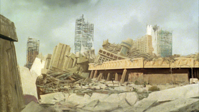 vídeos de stock e filmes b-roll de wide angle of city in ruins. matte bg painting. debris, rubble, fallen buildings. city skylines. could be war, atomic bomb, or natural disaster wreckage. - arma de destruição em massa