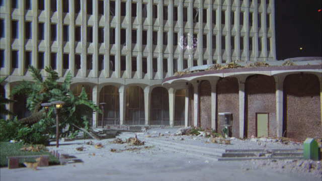 stockvideo's en b-roll-footage met wide angle miniature model of modern office building or hotel. building collapses in violent wind. slow motion. could be natural disaster or atomic bomb. - kernwapen