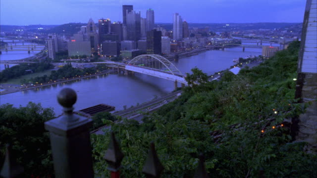vidéos et rushes de est ws overlooking pittsburgh.  see fort pitt bridge in bg. pittsburgh skyline in bg as well. ohio river running from left fg to right bg. see red funicular move up track on hillside on right. - rivière ohio