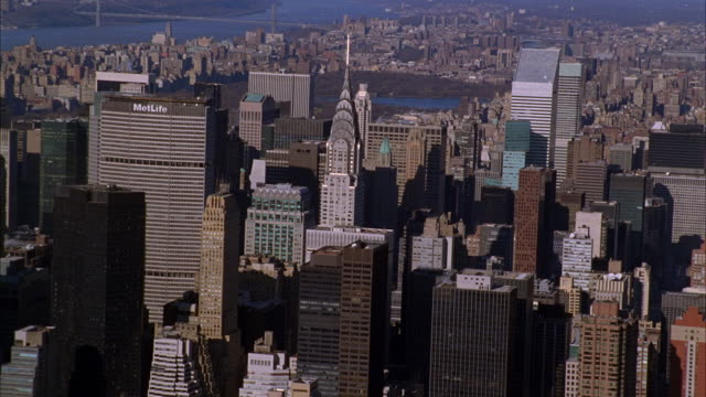 stockvideo's en b-roll-footage met aerial of midtown manhattan. high rise buildings, skyscrapers. empire state building. hudson river in distance. new york city skyline. chrysler building, metlife building, citicorp building visible. central park. - metlife building