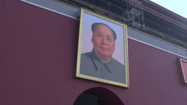 hand held of portrait, picture or painting of chairman mao zedong or tse tsung above entrance or tiananmen gate to forbidden city. could be government or imperial building. chinese. - forbidden city stock videos & royalty-free footage