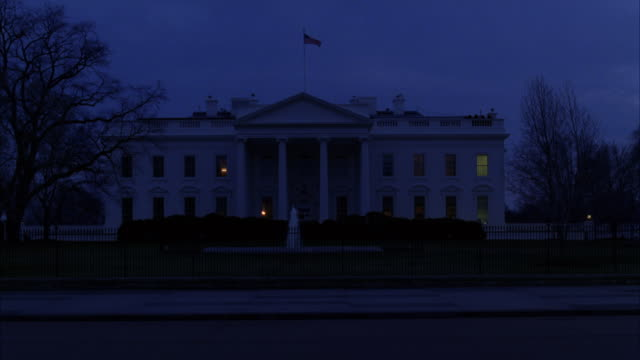 wide angle of north side of white house, government building with pillars or columns over entrance. fountain on grass lawn. - 2010年代点の映像素材/bロール