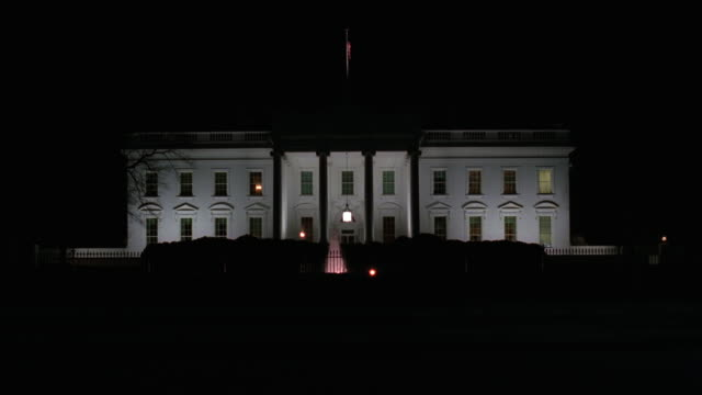 wide angle of north side of white house, government building with pillars or columns over entrance. fountain on grass lawn. - weißes haus stock-videos und b-roll-filmmaterial