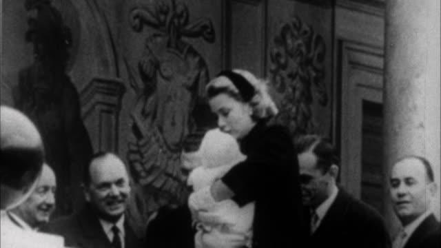 vídeos y material grabado en eventos de stock de grace kelly holding baby princess caroline / monaco - palacio interior