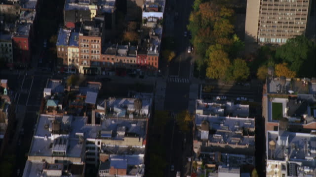 aerial pan up from urban residential area with multi-story apartment buildings to washington square park arch and empire state building. city skylines. - グリニッチビレッジ点の映像素材/bロール