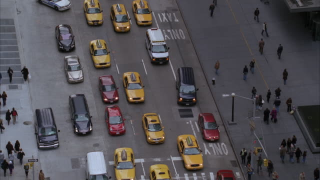 stockvideo's en b-roll-footage met high angle down of city street crowded with  traffic. cars and taxis visible. police cars follow red toyota prius car through traffic. city bus visible. pedestrians on sidewalk. flashing lights. - toyota motor