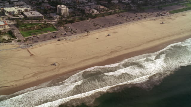 aerial of pacific coast. ocean and beaches visible. cities and buildings line coast. could be mar vista, manhattan beach, playa del vista, or long beach. - pazifikküste stock-videos und b-roll-filmmaterial