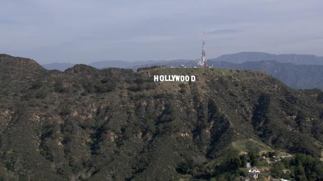 vídeos de stock e filmes b-roll de aerial of hollywood sign on mount lee in hollywood hills. landmarks. upper class residential area or neighborhood. san fernando valley. - 1995