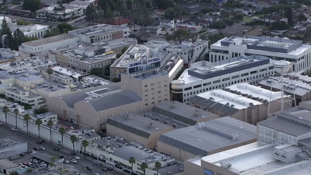 vídeos de stock e filmes b-roll de aerial of sony pictures studios lot. multi-story office buildings. sound stages. columbia pictures sign and billboard or advertisement. water tower. los angeles area. - culver city