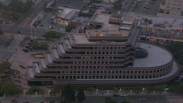 vídeos de stock e filmes b-roll de aerial of sony pictures plaza. sony pictures studios lot. movie studio. parking lot. multi-story office buildings. city streets and cars. fountain. - culver city