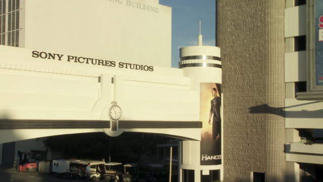 "vídeos de stock e filmes b-roll de pan left to right of movie billboards, signs or advertisements for ""stepbrothers"", ""the house bunny"" and ""pineapple express"" on overland parking garage. sony pictures studio lot. los angeles area. - culver city"
