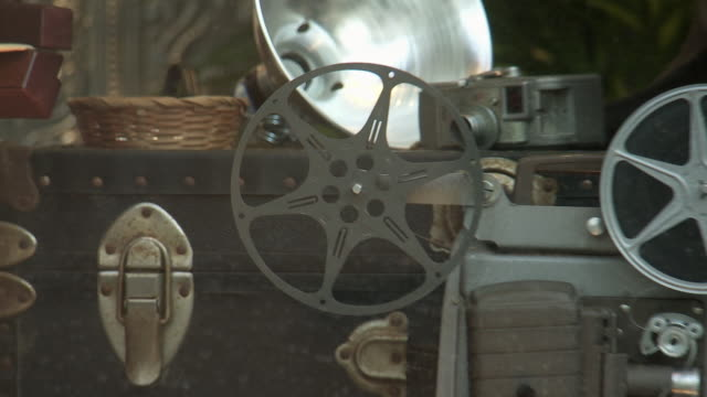 pull back of antiques and collectibles from film industry in window display. storefront on main street. film reels. sony pictures studio lot. los angeles area. - targa con nome della via video stock e b–roll