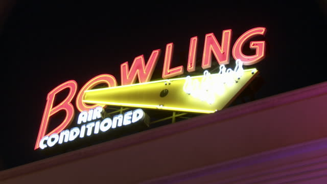"vídeos de stock, filmes e b-roll de up angle of neon ""bowling"" sign for bowling alley. main street. sony pictures studios lot. movie studios. los angeles area. - cancha de jogo de boliche"