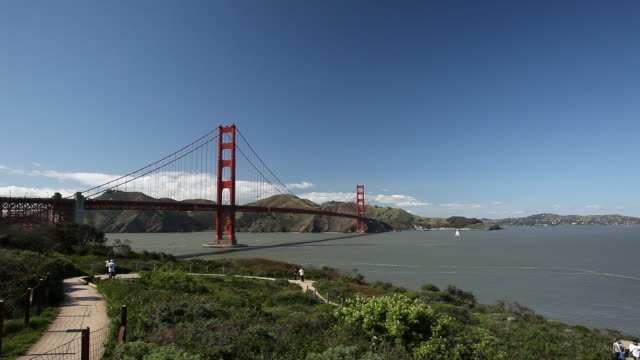 wide angle of golden gate bridge, pov from san francisco bay trail. landmark. - baia di san francisco video stock e b–roll