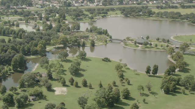 vidéos et rushes de aerial of lafreniere park in metairie, louisiana. disc golf course. pond or lake. - louisiane