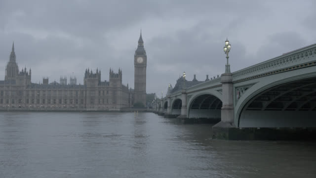 wide angle of thames river, westminister bridge, big ben, and houses of parliament. london skylines. - ビッグベン点の映像素材/bロール