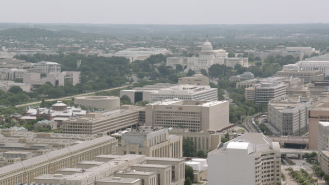 stockvideo's en b-roll-footage met aerial plate of washington dc skyline. capitol building, pentagon, golf course, lincoln memorial, national world war ii memorial, white house, and washington monument visible. - memorial