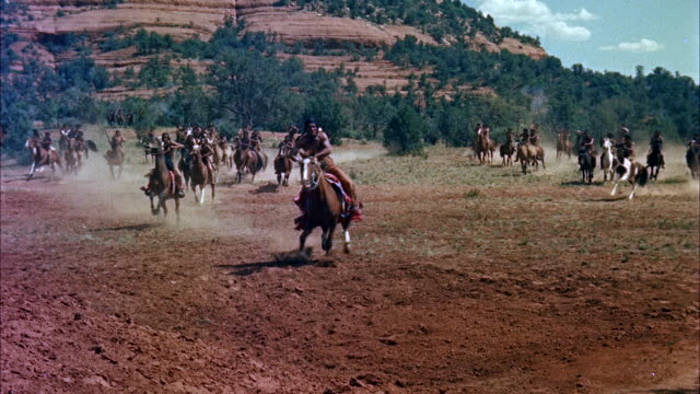 vídeos de stock, filmes e b-roll de general melee of indian charge - from background to and by camera in foreground. - animal de trabalho