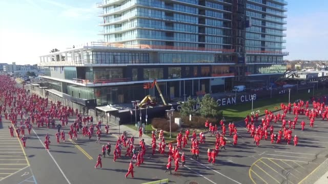 running race with all in santa costumes running race to start holiday season first turn - salmini 個影片檔及 b 捲影像