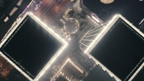 vídeos y material grabado en eventos de stock de vuelo aéreo arriba sobre los tejados de rascacielos, paisaje urbano - shanghái