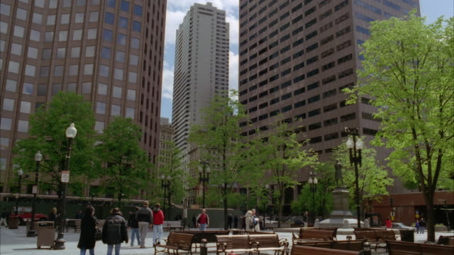 wide angle of courtyard with benches in downtown boston area. downtowns. high rises, skyscrapers, and office buildings. pedestrians. - courtyard stock videos & royalty-free footage