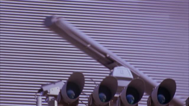 vidéos et rushes de up angle of radar tower or control tower on aircraft carrier. american flag flies in bg. - tour de contrôle