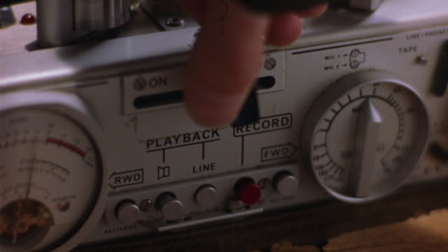 vídeos y material grabado en eventos de stock de close angle of woman's hand turning dials, pushing buttons on recording device, reel to reel tape recorder. could be used for surveillance, blackmail. could also be in garage. - dial