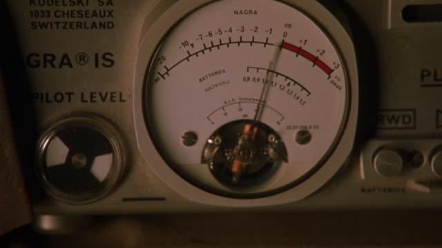"""vidéos et rushes de close angle of sound meter on """"nagra is"""" portable recording device shows needle move up and down, registering sound on gauge. could also be on sound stage. - studio d'enregistrement"""