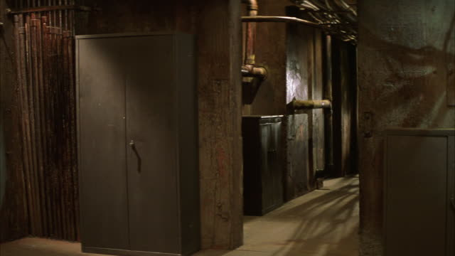 vídeos y material grabado en eventos de stock de wide angle of industrial or military building hallway. pipes. cabinets. could be scientific building or warehouse. - edificio gubernamental