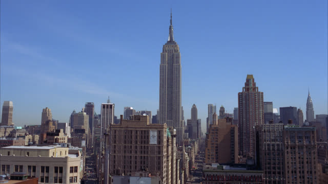 wide angle of new york city skyline facing north, toward midtown manhattan. empire state building. skyscrapers and high rise office or apartment buildings. pov from flatiron district. - flatiron building manhattan stock videos & royalty-free footage