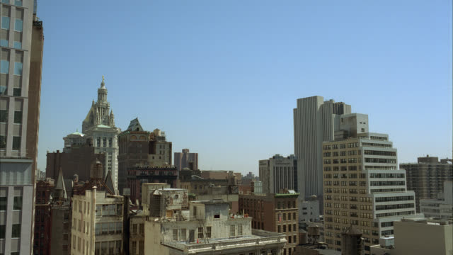 stockvideo's en b-roll-footage met wide angle of high rises and skyscrapers in city. could be downtown. roofs and rooftops visible. metlife building visible in bg. windows. could be office buildings or apartment buildings. - metlife building
