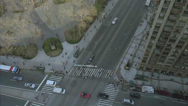 stockvideo's en b-roll-footage met high angle down of city street in new york. camera pans up and 180 degrees across city skyline. metlife building, crown building, and empire state building. skyscrapers and high rises. taxis. - metlife building