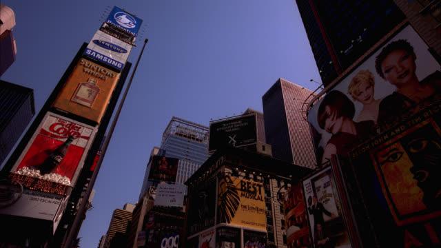 vídeos y material grabado en eventos de stock de up angle of times square. high rise glass buildings, advertisements, and billboards visible. cities. downtowns. landmarks. - centro de manhattan