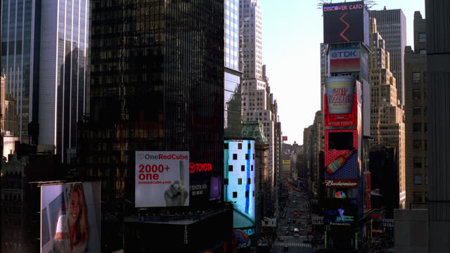 vídeos y material grabado en eventos de stock de wide angle of times square, new york city near 7th avenue and broadway. animated billboards, advertisements, cars, taxis, traffic, pedestrians visible. sunny, blue skies. high rises, skyscrapers. - centro de manhattan