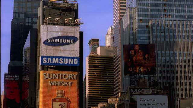 vídeos y material grabado en eventos de stock de wide angle of times square, new york city near 7th avenue and broadway. animated billboards, advertisements visible. sunny, blue skies. high rises, skyscrapers. - centro de manhattan