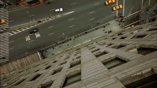 vídeos de stock, filmes e b-roll de high angle down from greystone apartment window in manhattan, new york city. traffic with cars, pedestrians and taxis visible. city streets. bird's eye view.  camera falls and twists and turns. could be suicide pov. - caindo