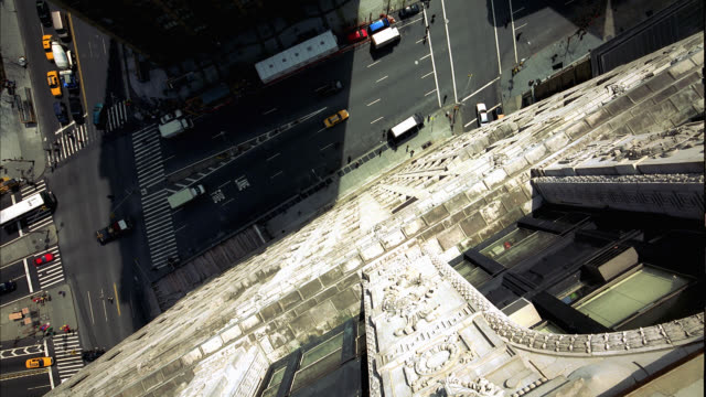 vídeos de stock e filmes b-roll de high angle down from greystone apartment window in manhattan, new york city. traffic with cars, buses, pedestrians and taxis visible. city streets. bird's eye view. falling action as if suicide attempt. - suicídio