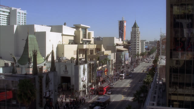 wide angle of hollywood boulevard and grauman's chinese theater. movie theater, multi-story and high rise office or apartment buildings. crowds of people, pedestrians, tourists. landmarks. cars on city street. los angeles area. - mann theaters stock videos & royalty-free footage