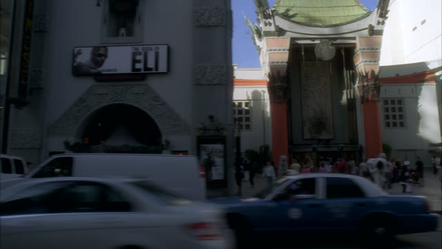 stockvideo's en b-roll-footage met wide angle driving pov straight left of stores, restaurants and shops on hollywood boulevard. cars, people or pedestrians. hollywood walk of fame. landmarks. los angeles area. grauman's chinese theater, kodak theater, hard rock cafe. hollywood and highlan - tcl chinese theatre