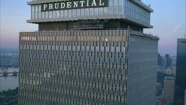 vídeos y material grabado en eventos de stock de aerial of john hancock tower and prudential tower. modern glass office buildings. skyscrapers. high rises. multi-story brick apartment buildings. - bahía de back boston
