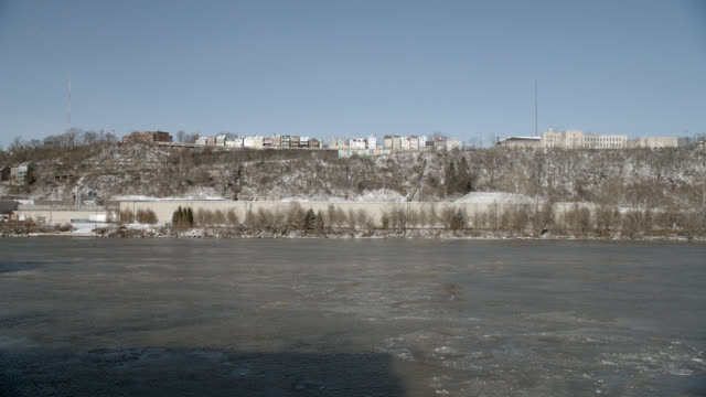 vidéos et rushes de wide angle of frozen ice patches on river. could be ohio, allegheny, or monongahela rivers. outskirts of pittsburgh visible in bg. houses or apartment buildings visible. - rivière ohio