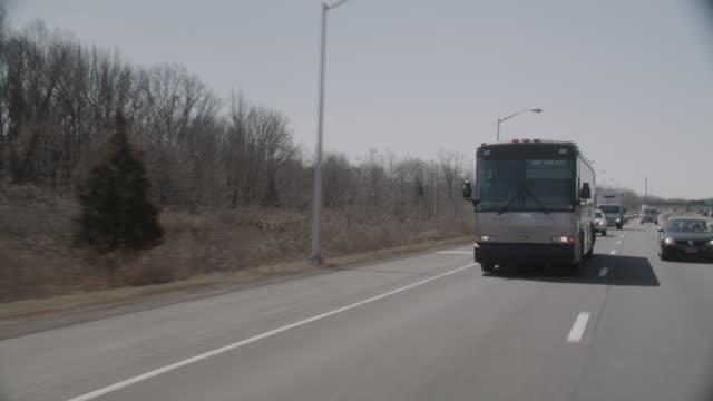 vídeos y material grabado en eventos de stock de wide angle driving pov 3/4 right back of charter bus going to new york city. - autobús