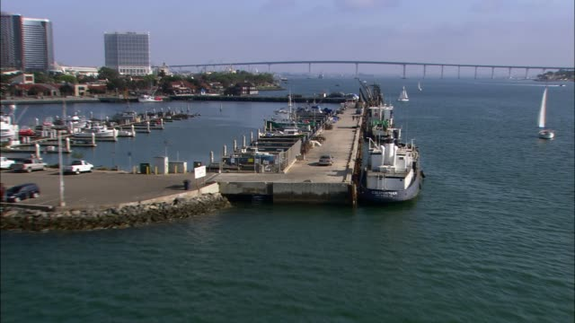 vidéos et rushes de aerial of car driving to marina. docks. boats. - san diego