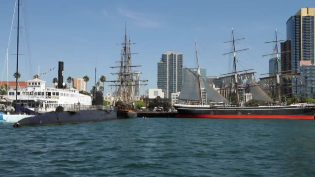wide angle moving pov from boat of san diego maritime museums. star of india. - サンディエゴ点の映像素材/bロール