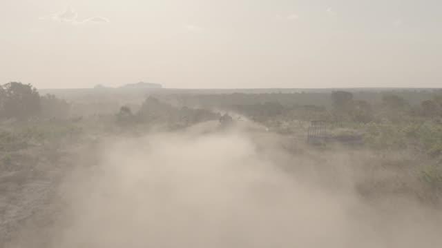 vídeos de stock, filmes e b-roll de brazil - jalapão - estrada rural